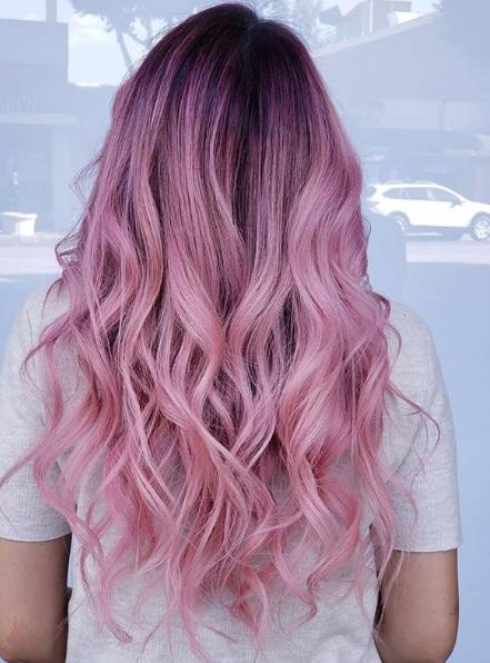 Capelli lunghi morbidi con sfumature in rosa