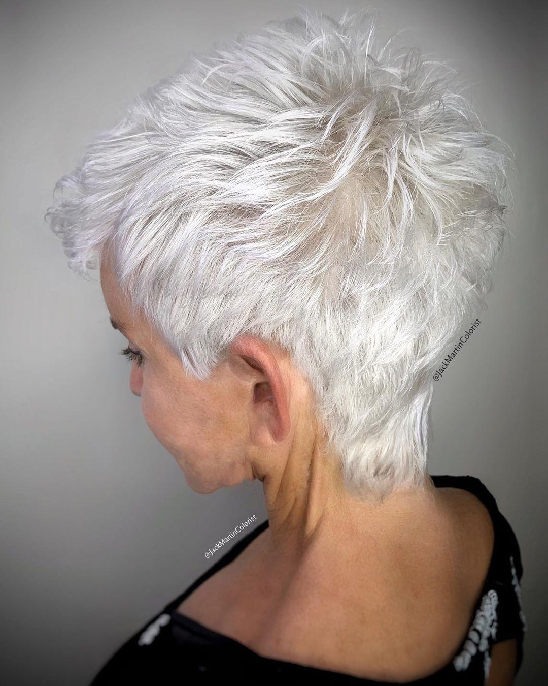 Pixie cut su capelli bianco neve, perfetto per le donne più mature