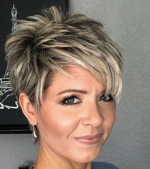 Pixie cut per capelli lisci e sottili, asimmetrico e color biondo platino