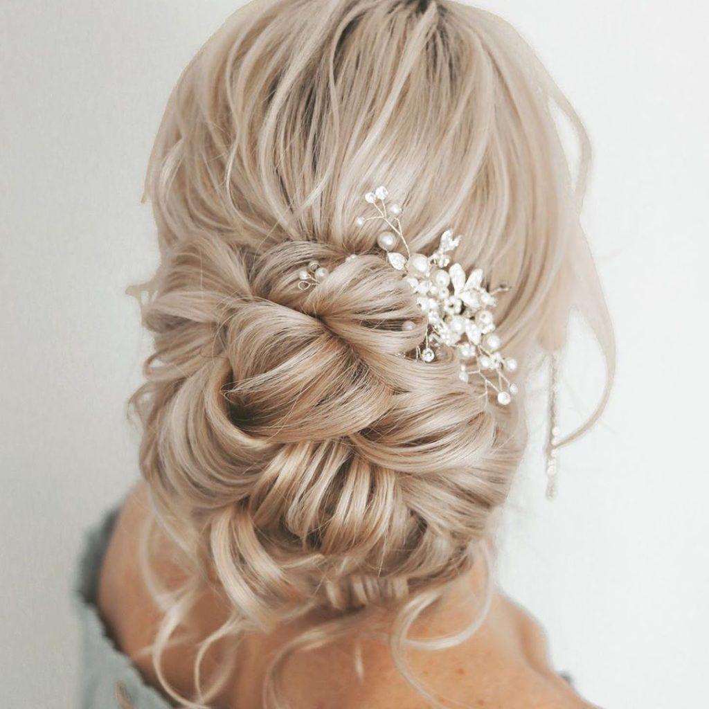 acconciatura da sposa morbida raccolta dallo styling mosso