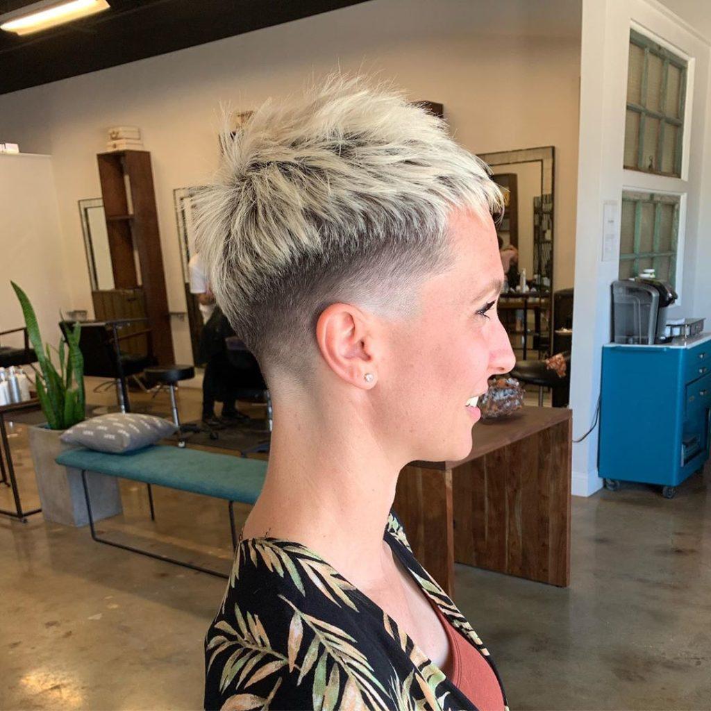capelli cortissimi biondo chiaro