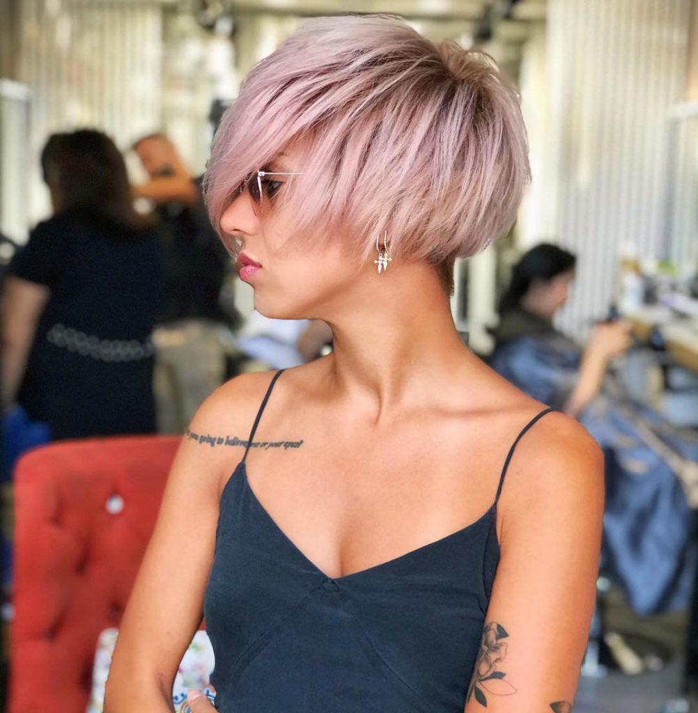 caschetto-scalato-con-ciuffo-ampio-e-colorazione-rosa